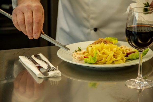 En lækker ret serveret på vores restaurant i Holbæk Sportsby
