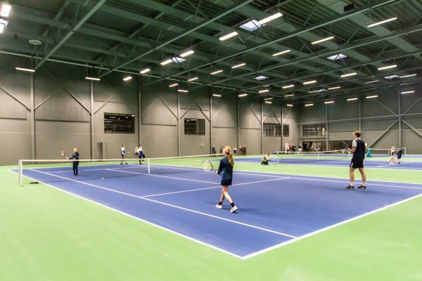 Idrætsudøvere der spiller Tennis på banen i Holbæk Sportsby